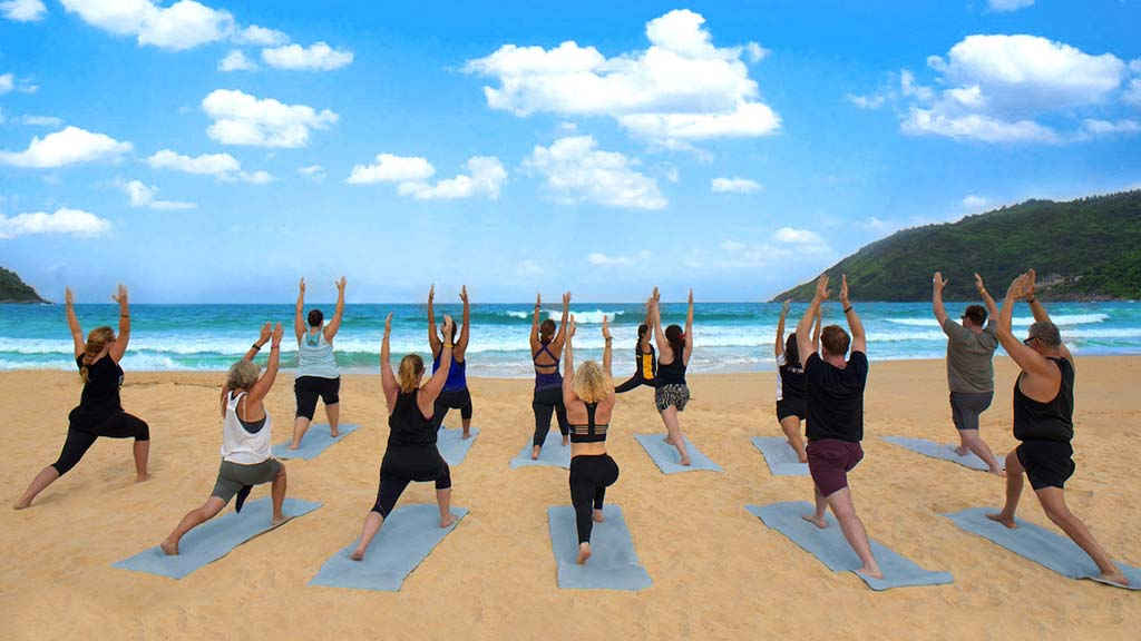 Navatara Phuket Resort - Spa, Fitness & Detox Retreat - ReiseSpa Yoga am Strand