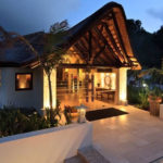 SHANTI-SOM Wellbeing Retreat - ReiseSpa Wellness Retreat - Eingang abends